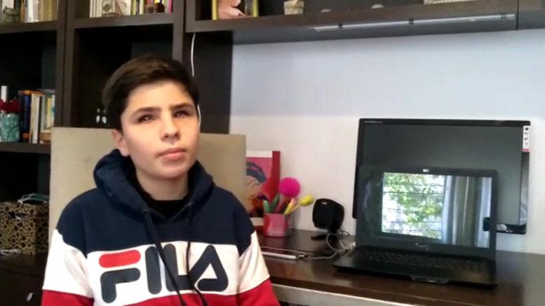 Se observa a un niño llamado Nicolás Molina sentado en una silla al lado de un escritorio